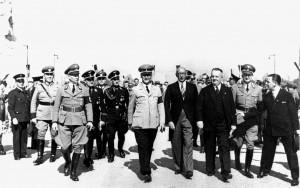 A401 Außenminister Frick, Florian, Polizeipräsident Wetzel, Maiwald und Kreisleiter Walter auf einem Rundgang Q StAD 005.166.006