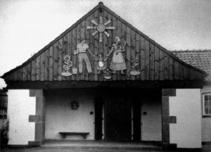A455 Der volkstümlich gestaltete Giebel des Gefolgschaftshauses Q Schönheit der Arbeit 10.1937.258