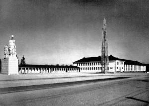 A553 Der rechte Flügel des Haupteingangs mit dem in Bosse stehenden Rossehalter und einer Leuchtorgel. Rechts die 'Ehrenhalle der Partei' Q MB 1937.341