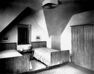 A726 Eschenholz-Schlafzimmer der Deutschen Werkstätten nach einem Entwurf von Bruno Paul in dem Musterhaus für einen Prokuristen (GS 81, Architekt Ingo Beucker) Q ID 1937.358