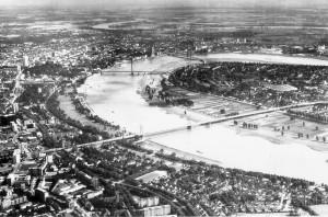 A822 Das Düsseldorfer Stadtgebiet in einer Aufnahme aus den 70er Jahren. Im Vordergrund rechts die Häuser der ehemaligen Schlageterstadt - heute Golzheimer Siedlung Q Vossen 1977.192