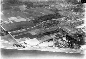A263 Die Golzheimer Rheinfront im Jahre 1934 nördlich der Leiffmann‐Villa. In der Mitte rechts erkennt man das Hauptgebäude der Neuen Kunstakademie Q HStAD RW 229‐42366